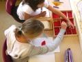 Lerngruppe 4-6 bei der Arbeit mit dem Montessori-Material