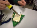 Präzision ist gefragt beim Anbringen von Lämpchen und Batterien